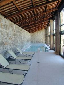 Piscina riscaldata e coperta casa contarini for Piccoli piani di casa con piscina coperta
